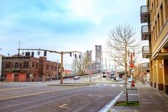 Straßenansicht der Stahlbrücke nahe dem Willamette-Fluss in Portland lizenzfreie stockfotografie