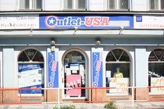 Straßenansicht des amerikanischen Einzelhandelgeschäfts in Prag Lizenzfreie Stockfotos