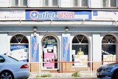 Straßenansicht des amerikanischen Einzelhandelgeschäfts in Prag Lizenzfreies Stockbild