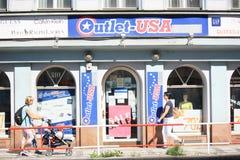 Straßenansicht des amerikanischen Einzelhandelgeschäfts in Prag Lizenzfreies Stockfoto