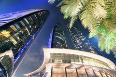 Straßenansicht des Corniche-Straßenbaus nachts, Abu Dhabi Stockfotos