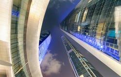 Straßenansicht des Corniche-Straßenbaus nachts, Abu Dhabi Stockfotografie
