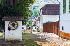 Straßenansicht des traditionellen ungarischen Dorfs in Siebenbürgen lizenzfreie stockbilder