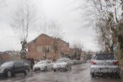 Straßenansicht durch Autofenster mit Regen fällt Straße Bokeh-Lichter unscharf lizenzfreie stockfotos