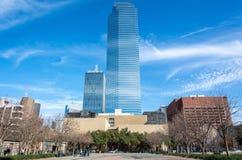 Straßenansicht in im Stadtzentrum gelegenes Dallas, TX stockbild