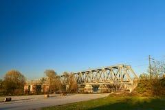 Straßenansicht mit einer Eisenbahnbrücke im borgoforte stockfoto