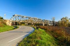 Straßenansicht mit einer Eisenbahnbrücke im borgoforte lizenzfreie stockbilder