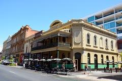 Straßenansicht mit Exeter-Hotel in Adelaide, Süd-Australien Lizenzfreie Stockfotografie