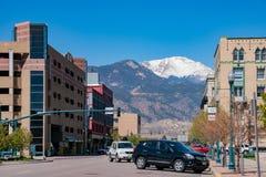 Straßenansicht mit Schneeberg von Colorado Springs lizenzfreies stockbild