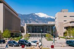 Straßenansicht mit Schneeberg von Colorado Springs stockfotos