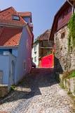 Straßenansicht in mittelalterliche Stadt von Sighisoara (Siebenbürgen, Rumänien) Lizenzfreie Stockfotos