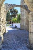 Straßenansicht nahe Kirche des Heiligen Marie du Bourg in alter Stadt Rhodos lizenzfreie stockbilder