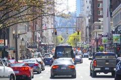 Straßenansicht in Portland - handeln Sie auf Broadway - PORTLAND - OREGON - 16. April 2017 stockfotos