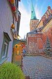 Straßenansicht an St. James Cathedral in der alten Stadt von Riga im Lat Lizenzfreie Stockfotografie