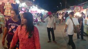 Straßenansicht in Thailand-Nachtmarkt (4K) Stockfotografie