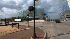 Straßenansicht in Tulsa im Stadtzentrum gelegen mit BOK-Mitte-Arena - USA 2017 stock footage