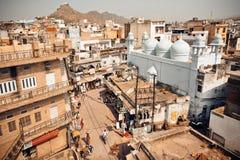 Straßenansicht vom Spitzenpunkt und von den historischen Häusern der indischen Stadt Stockbild