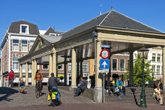 Straßenansicht von Leiden mit Markthalle und -verkehr Stockfoto
