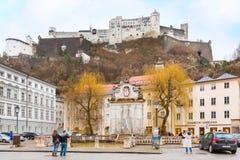 Straßenansicht von Salzburg mit Schloss, Österreich stockbilder