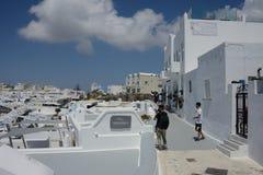 Straßenansicht von Santorini-Stadt mit touristischem schießendem Bild lizenzfreie stockbilder
