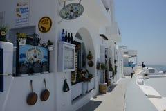 Straßenansicht von Santorini-Stadt mit touristischen schießenden Bildern stockbilder