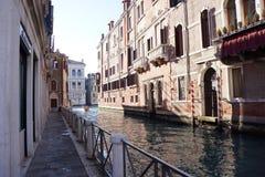 Straßenansicht von Venedig an einem sonnigen Nachmittag lizenzfreies stockbild
