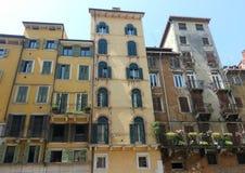 Straßenansicht von Wohnungen Stockbild