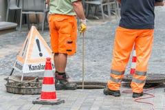 Straßenarbeiten über Abwasserkanalkanal mit warnen unterzeichnen herein deutsche Wörter für Kanalarbeiten Stockbilder