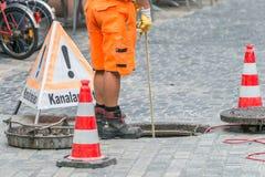 Straßenarbeiten über Abwasserkanalkanal mit warnen unterzeichnen herein deutsche Wörter für Kanalarbeiten Lizenzfreies Stockbild