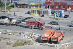 Straßenarbeiten. Abbau des alten Asphalts mittels der speziellen Ausrüstung. Lizenzfreies Stockfoto