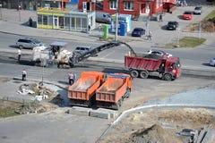 Straßenarbeiten. Abbau des alten Asphalts mittels der speziellen Ausrüstung. Lizenzfreie Stockfotos