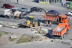 Straßenarbeiten. Abbau des alten Asphalts mittels der speziellen Ausrüstung. Stockfotos