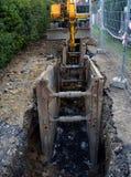 Straßenarbeiten, Abwassersystemsgraben Stockbild