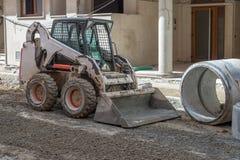 Straßenarbeiten auf dem Legen von Rohren Stockfotografie