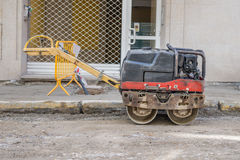 Straßenarbeiten auf dem Legen von Rohren Lizenzfreies Stockbild