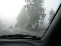 Straßenarbeiten im Nebel lizenzfreie stockfotos