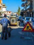 Straßenarbeiten rot und gelbes Dreieckzeichen auf dem Metallzaun Straße im Bau Stockbild