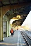 Straßenarbeiten sind unter der Uhr auf der Plattform der Vitebsk-Schiene Lizenzfreie Stockfotografie