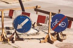 Straßenarbeiten und Verkehrsschilder Stockbilder
