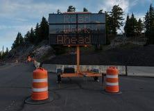 Straßenarbeiten-voran Bau-Zeichen Stockfotos