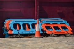 Straßenarbeitensperre und -kegel Lizenzfreies Stockfoto
