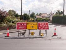 Straßenarbeitenstraße blockierte Zeichen und Verkehrskegelablenkungszugang Stockfotografie