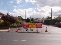 Straßenarbeitenstraße blockierte Zeichen und Verkehrskegelablenkungszugang Lizenzfreies Stockbild