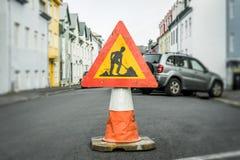 Straßenarbeitenzeichen auf einem Kegel Stockfoto