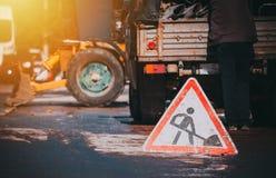 Straßenarbeitenzeichen und -prozeß stockfotografie