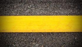 Straßenasphaltbeschaffenheit und -hintergrund mit gelber Linie Stockfoto