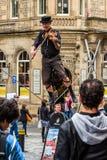 Straßenausführender auf dem Seil beim Spielen der Violine Stockfotografie