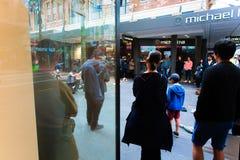 Straßenausführender auf Queens-Straße - Auckland stockfotografie