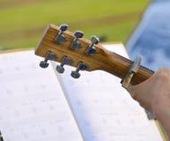 Straßenausführender, der Akustikgitarre spielt Stockbild