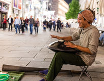 Straßenausführender, der Hang Drum spielt Lizenzfreie Stockfotos